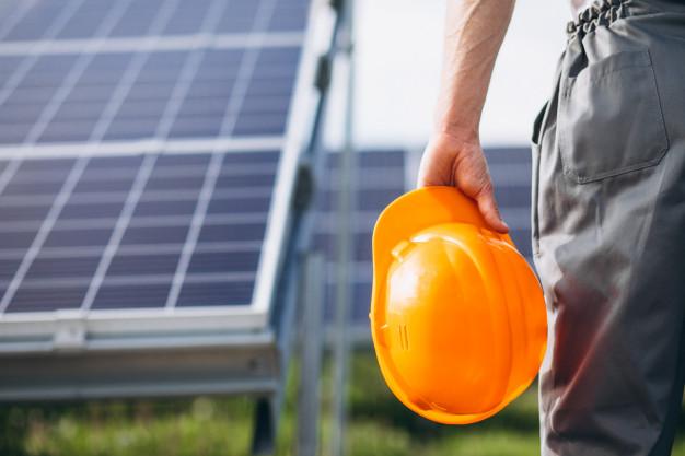 hombre-trabajador-campo-junto-paneles-solares